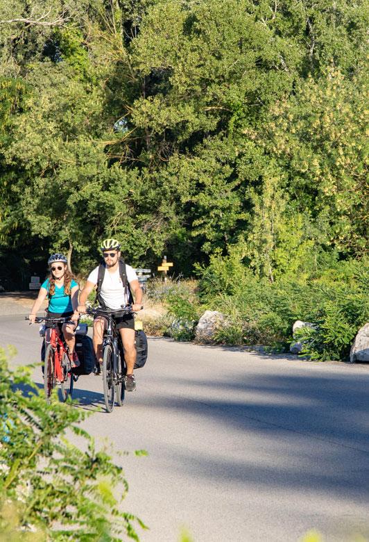 Couple à vélo près d'Avignon