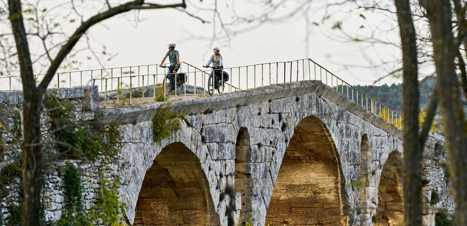 Pont Julien à vélo © Rosso